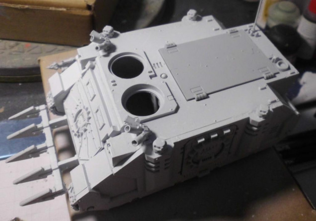 Here you can see it at best at the top hatch. Which i left out, because it will be painted later in blue.