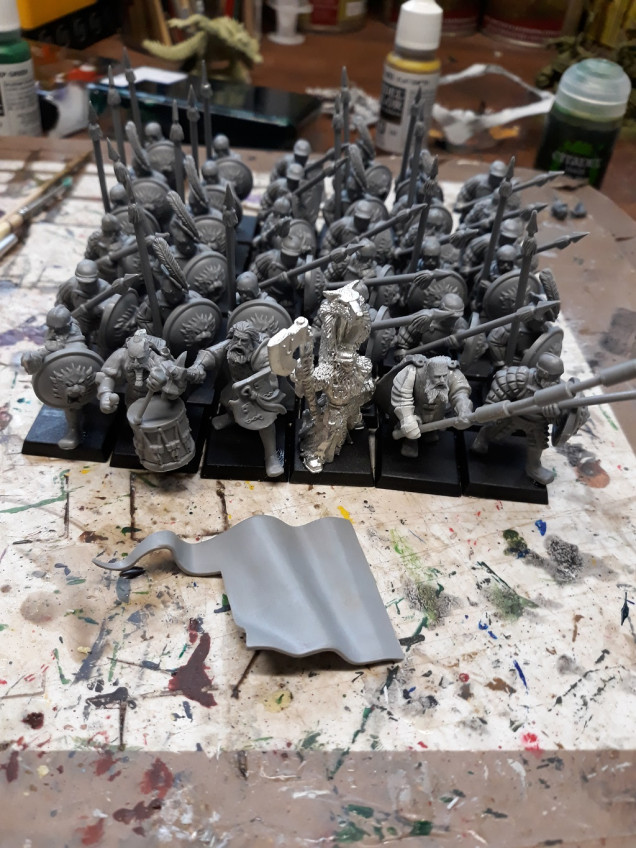 A big block of spearmen with command group and warrior priest - banner to be glued on later so that I can paint it more easily...