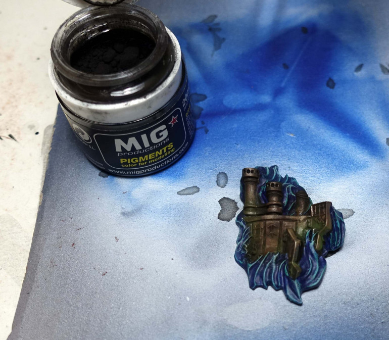 Last pigment powder: Mig Black Smoke. I used this a bit everywhere, but mostly around the top of the chimneys.