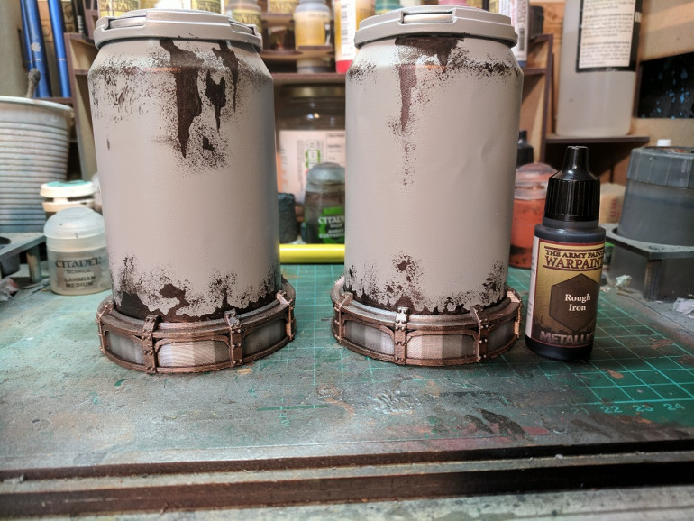 First layer of paints, metals done in the usual fashion, the can sprayed in a standard grey primer and for the rust/chipped paint base i used rough iron form army painter.