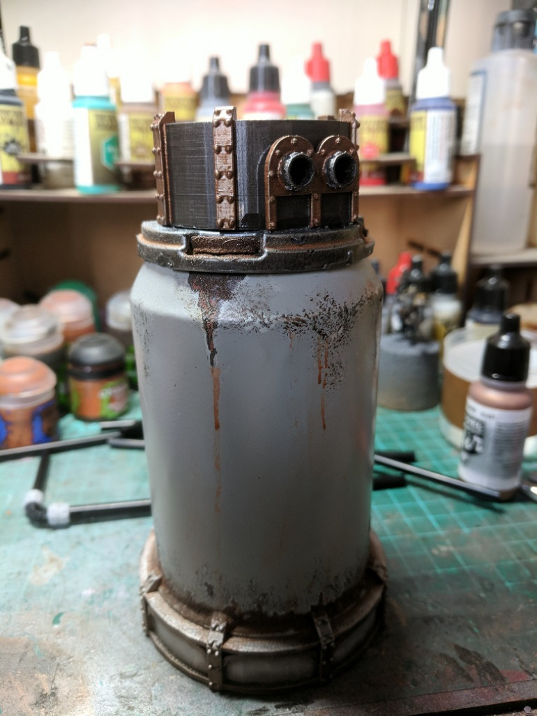 The finished cap panted up with gun-metal and rust from Vallejo and washed with strong and dark tone inks from army painter.