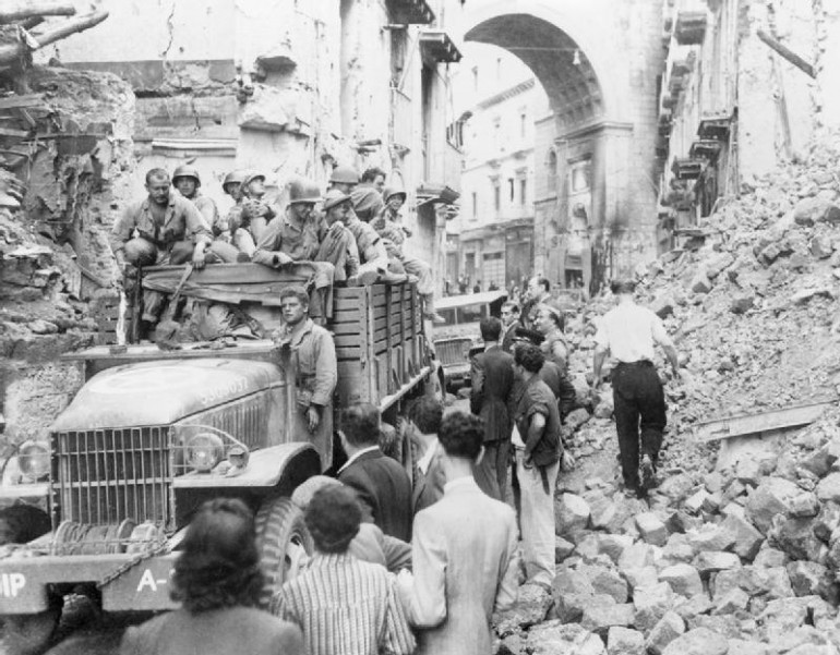 Allied troops enter Naples
