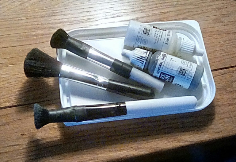 My weapons of choice for today's drybrushing. Make-up brushes are perfect for drybrushing larger items, and the margarine lies are used as pallets - I use the time to remove excess paint from the brushes.