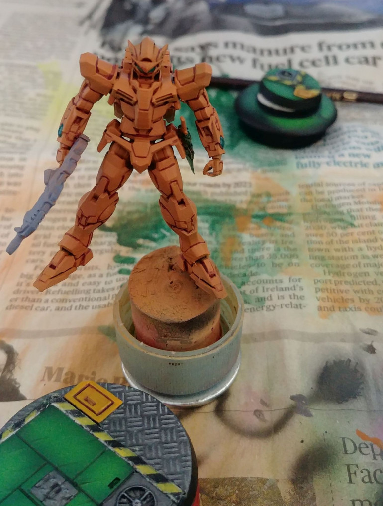 Base colour, VMC Ornage brown. Other colours used were: Highlights: VGC Gold Yellow, VGC Moon Yellow, VMC Deep Yellow, White. Shadows: VMC Black Red, Brown Ink, GSW Tiger Eye Brown. The base is also 3d printed, it is Titan Forge's Cyberpunk base upscaled from 32 to 40 mm.