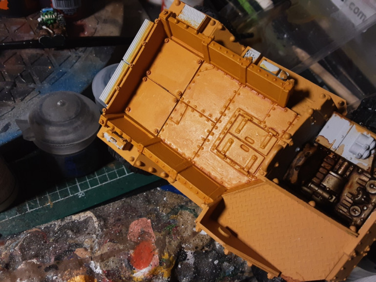 Used thinned down contrast paint Iyanden Yellow. It gives me a nice result, so i could leave out a wash or a rust effect. It may shine a little bit, but with a matt varnish the result is quite good.