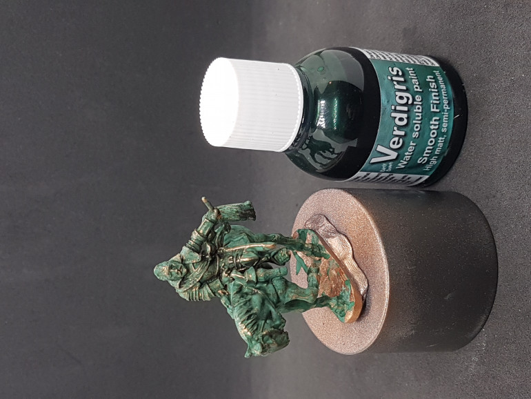 I then used Dirty Down Verdigris to cover up the whole statue giving it a nice patina layer. After fully dry I drybrushed the statue with the copper colour as the patina is mostly rubbed off exposed edges in real life and it gives the statue a whole lot more definition.