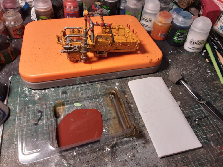 Now for the rust. I use a mix of red brown as a basis and used a blister foam to apply it on the yellow part. Don't be afraid for the metal part. More is better. Apply especially on the raised surfaces. Then ironbreaker metal, but concentrate more on the edges..