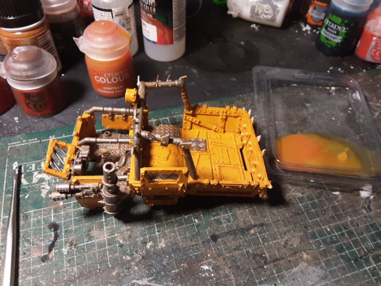 The yellow parts i washed with a thinned contrast Iyanden yellow.