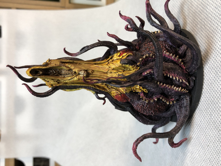 Hastur was quite a challenge, due to a plethora of maws and folds. Once again, contrast paints came to the rescue and blended nicely with each others.