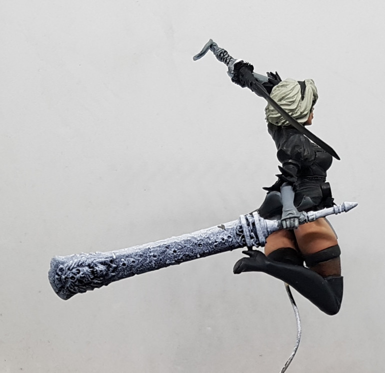 Can anyone point me towards a clear pic of the source material for her large sword?  All the pics Im seeing have misleading lighting effects and I can't quite work out what the colours are.  The best I can find suggests its all black, even the blade, but that transitions to silver at the edges.  Other pics suggest theres some bronze in there?  I've not played the game so I have no idea, but I'd like to be faithful to the original if I can.
