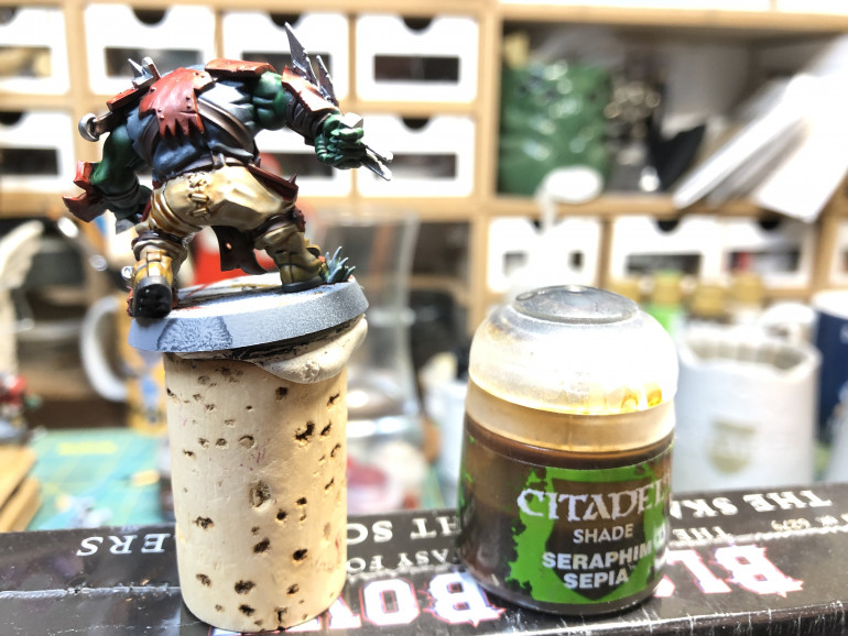 Let us now start the sharing, which I advise you let to dry for a good 1/'2 hour before applying other contiguous colors. As we did for the Reikland Reavers, we apply Seraphim Sepia to the pants, so as to capture the nice sculpted folds.