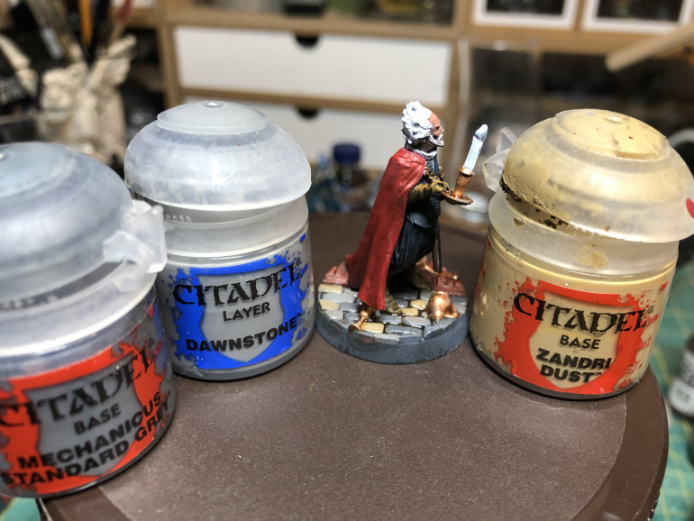Stone floor was painted using three different GW colors to provide diversity: Mechanicus Standard Gray, Dawnstone and Zandri Dust, then shaded with GW Agrax Earthshade to maintain a tone harmonious with the wood floor. The objects on the floor were painted with GW Brass Scorpion and shaded with Reikland Fleshshade Gloss.