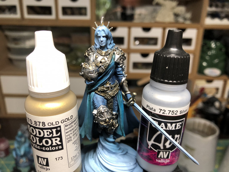 Armor was washed with Gw Nuln Oil Gloss then highlighted with Vallejo Old Gold and Game Air Silver. I would have preferred Vallejo Chrome but did not have an available bottle.