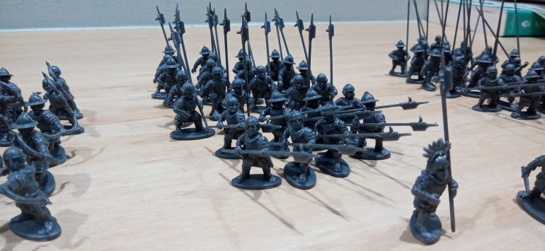 More Halberdiers in the same way. For 10 Man Wide units I want the front rank minus the Banner and Champion to be actively fighting so they got the two handed pose. Also for other games (like Saga for example) I prefer to have similar looking units and 8 men fits that nicely