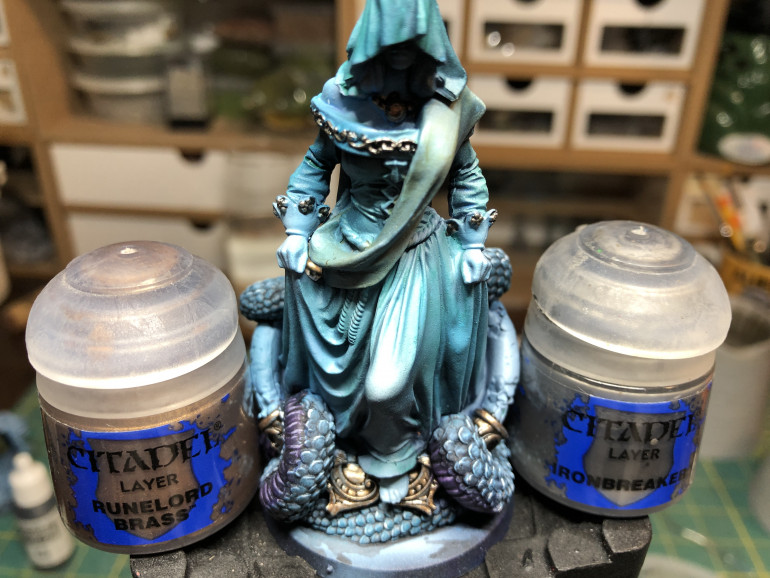 Highlight the metallic aras most exposed to light with the previous metallic color, or ven a lighter metallic tone such as GW Ironbreaker (for the Leadbelcher parts).