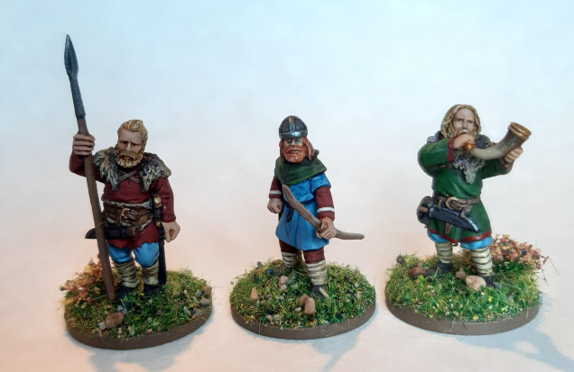 An archer by Footsore in the middle, flanked by two Drabant Vikings. The Drabant figures are a little bigger, but not by much. The height difference is partly due to the thicker puddle bases on the Drabant figures. I think there shouldn't be too much issue mixing them together, after all, not everyone is the same height and build.