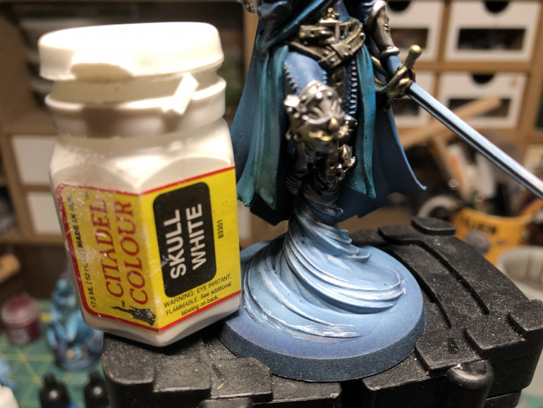 The base 'tornado' was edge highlighted with white (here portrayed an ancient bottle of Citadel white).