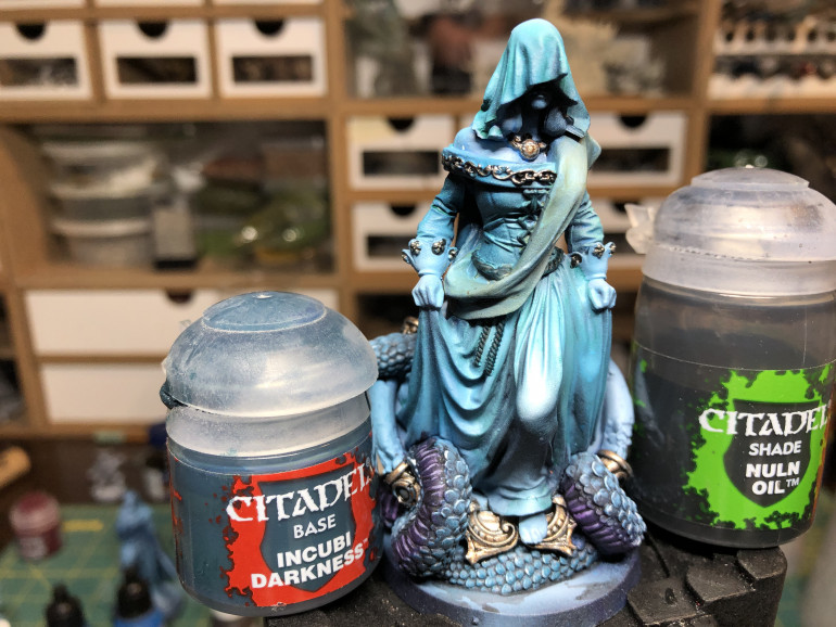 For the belt and corset ties, I chose GWE Incubi Darkness for its proximity to the original garment color and washed it with GW Nuln Oil. You can provide highlight with a medium-light grey such as GW Dawnstone.