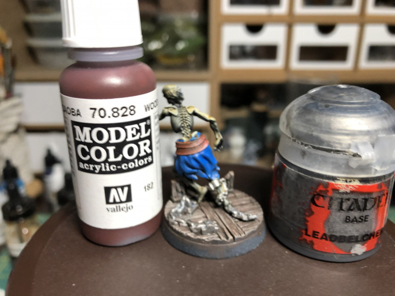The belt ks painted Vallejo Wood Gain and the chains receive a coat of GW Leadbelcher.