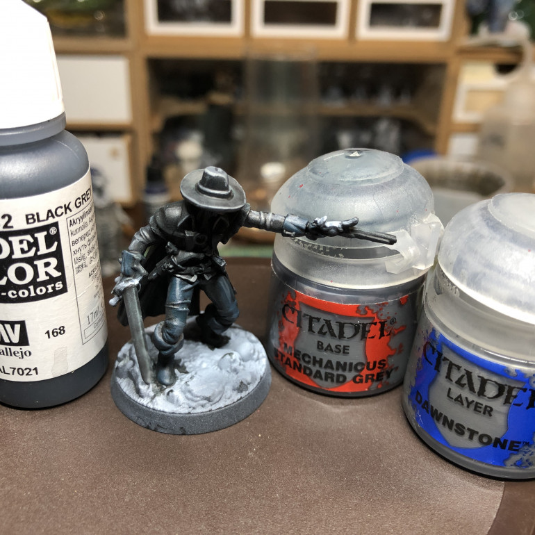The shirt and hats were glazed with Vallejo Black Green and highlighted with GW Mechanicus Standard Grey and Dawnstone. Keep the highlights only where the zenithal light hits the miniature, which is e asier if you kept your contrast and glaze layers thin.