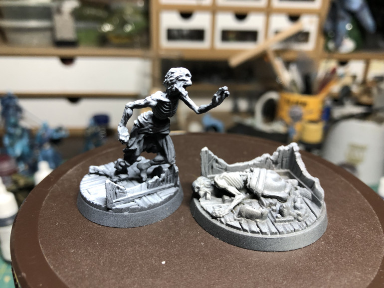 The skeleton is zenithal highlighted as usual, using black/grey/white, from a black base to a 60 degree angle with grey and a 90 degrees angle with white (top down) . The skeleton proper receives a GW Contrast Skeleton Horde layer.