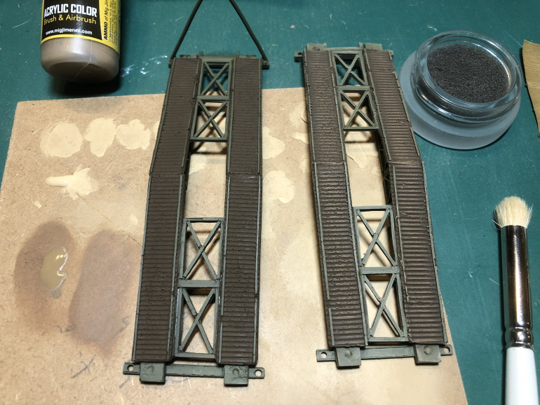 I concentrated the drybrush highlights to the centre of the bridge decking where it would receive the greatest wear.